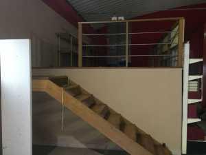 Armazém com dois pisos localizado em Cas...
