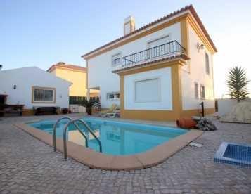 Moradia T4 isolada em Sesimbra com piscina