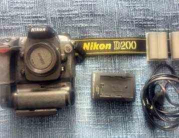 Nikon D200 (corpo) + Grip e 2 baterias extra - 250,00 Euros