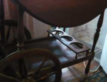 carrinho de chá - com mesa de abas, e garrafeira....